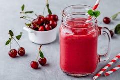 Cherry Limeade ou limonade dans le pot de maçon en verre Boisson glacée d'été Photographie stock