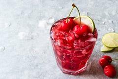 Cherry Margarita Cocktail med Tequila, limefrukt, salt, Cherry Juice och krossad is Arkivbild