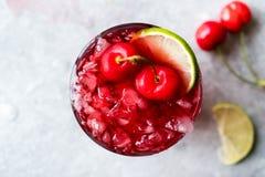 Cherry Margarita Cocktail med Tequila, limefrukt, salt, Cherry Juice och krossad is Royaltyfri Bild