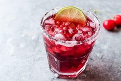 Cherry Margarita Cocktail med Tequila, limefrukt, salt, Cherry Juice och krossad is Fotografering för Bildbyråer