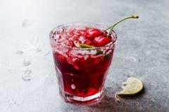 Cherry Margarita Cocktail med Tequila, limefrukt, salt, Cherry Juice och krossad is Arkivfoto