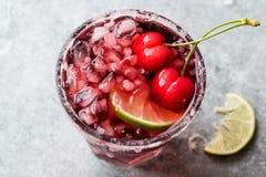 Cherry Margarita Cocktail med Tequila, limefrukt, salt, Cherry Juice och krossad is Royaltyfri Foto