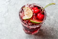 Cherry Margarita Cocktail med Tequila, limefrukt, salt, Cherry Juice och krossad is Royaltyfria Foton