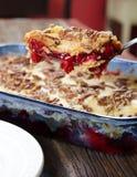 Cherry Pecan Dump Cake Serving auf einem Löffel Lizenzfreie Stockfotografie