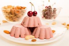 Cherry Raw Dessert I dolci crudi sono dolci e pasticcerie che non sono esposti per riscaldare ed elaborazione del prodotto chimic immagine stock libera da diritti