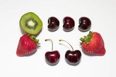 Cherry Strawberry Kiwi op witte achtergrond royalty-vrije stock foto