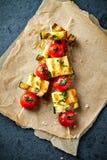 Cherry Tomato, calabacín y pinchos asados a la parrilla de Halloumi Fotografía de archivo libre de regalías