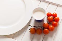 Cherry Tomato en el tablero de madera blanco Fotografía de archivo