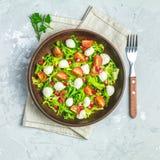 Cherry Tomato frais, salade de mozzarella avec la préparation verte de laitue photo libre de droits