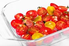 Cherry Tomato Grill con Olive Oil, aglio, origano e basilico fotografia stock
