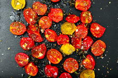 Cherry Tomato Grill con Olive Oil, aglio, origano e basilico fotografie stock libere da diritti