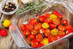 Cherry Tomato Grill con Olive Oil, aglio, origano e basilico immagine stock