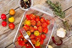 Cherry Tomato Grill con Olive Oil, aglio, origano e basilico immagini stock libere da diritti