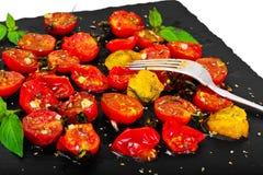 Cherry Tomato Grill con Olive Oil, aglio, origano e basilico immagine stock libera da diritti