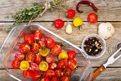 Cherry Tomato Grill con Olive Oil, ajo, orégano y albahaca fotografía de archivo libre de regalías