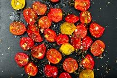 Cherry Tomato Grill con Olive Oil, ajo, orégano y albahaca fotos de archivo libres de regalías