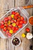 Cherry Tomato Grill con Olive Oil, ajo, orégano y albahaca foto de archivo libre de regalías