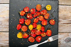 Cherry Tomato Grill con Olive Oil, ajo, orégano y albahaca fotos de archivo