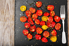 Cherry Tomato Grill con Olive Oil, ajo, orégano y albahaca imagen de archivo