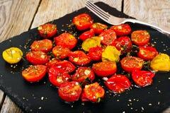 Cherry Tomato Grill con Olive Oil, ajo, orégano y albahaca imágenes de archivo libres de regalías
