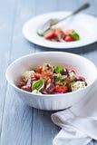 Cherry Tomato Salad con las nueces del queso feta y de pino Foto de archivo