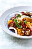 Cherry Tomato Salad con las nueces y las hierbas de pino Imágenes de archivo libres de regalías