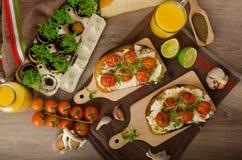 Cherry Tomato Sauce y Ricotta asados en tostada Fotos de archivo libres de regalías