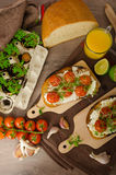 Cherry Tomato Sauce y Ricotta asados en tostada Fotografía de archivo libre de regalías