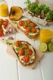 Cherry Tomato Sauce y Ricotta asados en tostada Imágenes de archivo libres de regalías