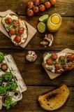 Cherry Tomato Sauce y Ricotta asados en tostada Imagenes de archivo