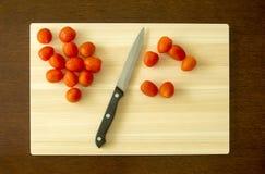 Cherry Tomato y cuchillo Foto de archivo libre de regalías