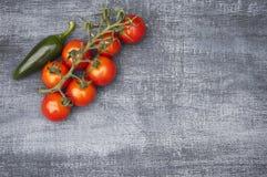 Cherry Tomatoes e peperoncino rosso verde da sopra immagine stock libera da diritti