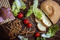Cherry Tomatoes pão, salsicha, alface fotos de stock royalty free