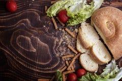 Cherry Tomatoes pão, salsicha, alface imagens de stock