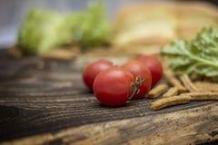 Cherry Tomatoes pão, salsicha, alface imagem de stock