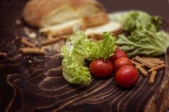 Cherry Tomatoes pão, salsicha, alface Fotografia de Stock