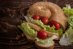 Cherry Tomatoes pão, salsicha, alface imagens de stock royalty free