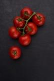 Cherry Tomatoes sul fondo nero della pietra dell'ardesia Immagini Stock Libere da Diritti