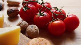 Cherry Tomatoes tomates e porcas frescos de cereja no fundo de madeira filme