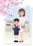 母亲和儿子在cherryblossom结构树下 免版税库存照片