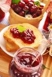 Cherryconfiturerostat bröd Fotografering för Bildbyråer