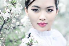 Cherryet blommar kvinnabarn arkivfoton