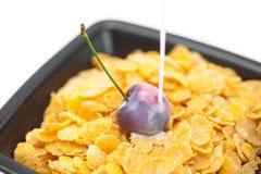 Cherryet mjölkar och flakes royaltyfri fotografi