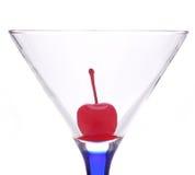 Cherryexponeringsglas martini Royaltyfri Fotografi
