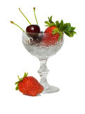 Cherryexponeringsglasjordgubbe royaltyfri foto