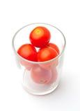 Cherryexponeringsglastomater royaltyfri bild