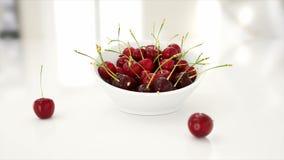 Cherrys frescos concepto de la comida 3d Animación realista Aislante en blanco metrajes