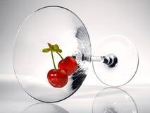 Cherrys i ett coctailexponeringsglas royaltyfria bilder