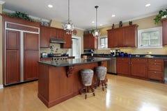 有cherrywood细木家具的厨房 免版税图库摄影