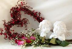 Cherubijnen en rozen zonder een vaas Royalty-vrije Stock Foto's